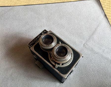 カメラ機材用ということでカメラを探したところ、筆者宅にはこんなカメラしかありませんでした(リコーの二眼レフ)。かなり古いものですが、ちゃんとシャッターがきれますよ。こちらも包んでみましょう
