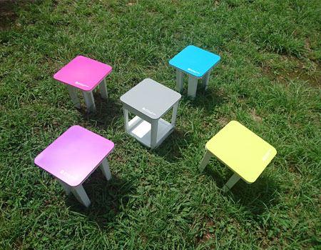 4脚のチェアと1つのテーブル