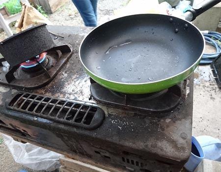 調理も屋外で敢行。BBQで使ってたコンロがあってよかった…