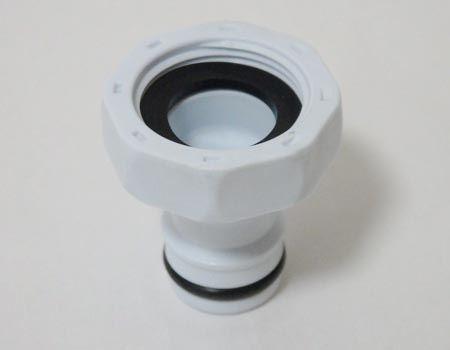 コネクター。アダプターを介して取り付けることで、先の長いほうにホースと接続できます。泡沫蛇口の形によってはアダプターなしでも直接コネクターが取り付けられるものもあるとのこと。その際の規格は直径22ミリ、取付ネジW22×山20
