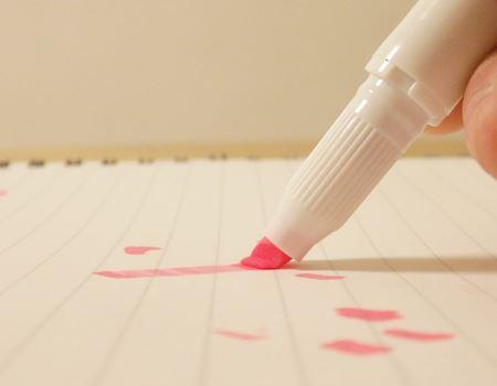 紙に押しつけてみると、柔らかくてしなります! 紙の上を滑らかにスラスラとまっすぐな線を引くことができます