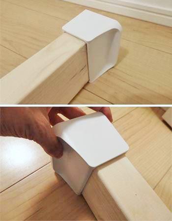 角材の両端に天井用と床用のパーツをそれぞれはめ込みます