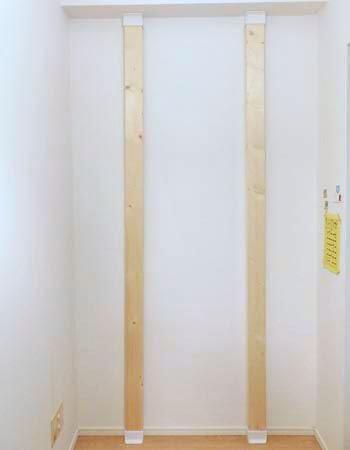 床側から柱を据え付け、天井側をスライドさせて突っ張らせて取り付けます