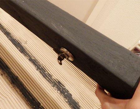 ベース塗料を3度塗りした後、磁石をくっつけてみました。ひっくり返しても落ちません!
