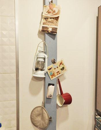 マグネット柱を冷蔵庫横の壁の床から天井に渡して完成! 重いものもつり下げられるよう側面にはフックを打ち込みました