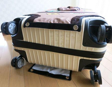 2)幅広のゴムバンドを、スーツケースの底にフィットさせます