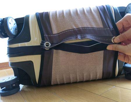 3)最後に、マジックテープでゴムバンドの上から布をとめます(ちょっとだけオムツっぽい感じ)。布は伸縮性抜群でかなり伸びるので、60〜80cmの高さのスーツケースに対応します