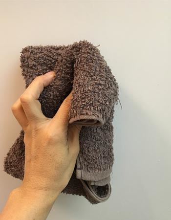 まずは、吸着力を高めるために、取り付けたい部分の汚れをタオルなどでよく拭き取ります