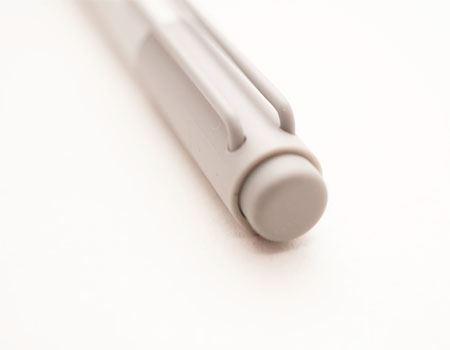 ペンのリアにはスイッチが搭載されていて、Surface標準の動作では、このスイッチを押すとOneNoteが起動します