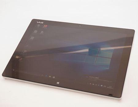 VAIO Z Canvasはキーボードと本体が分離可能なセパレートタイプ。背面のキックスタンドで無段階に角度が調整できるため、ペン入力でイラストを描くのに向いています