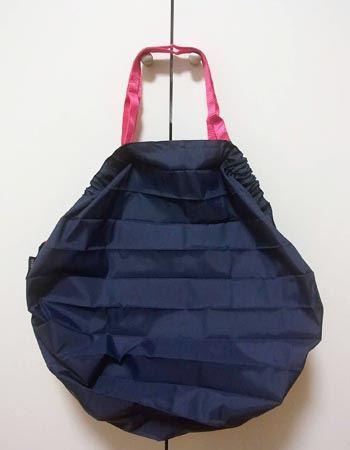 バッグとして広げてみました。Mサイズは、持ち手の部分を除く高さが約32cm(Lサイズでは約38cm)、幅が約30cm(同約50cm)