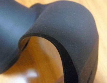 素材はフレキシブルなシリコーン素材。これならどんな形のソファにも対応しそうです