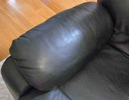 筆者宅のソファアームはこんな感じ。このままではとても飲み物を置けませんが、うまく取り付けられるでしょうか?