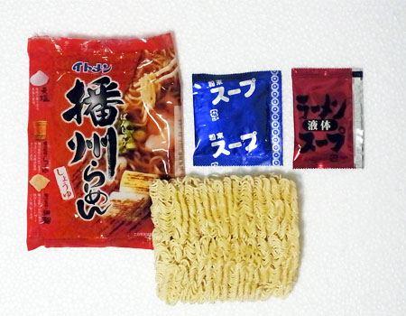 続いて、「播州らーめん」を作ってみましょう。細めの麺に粉スープと液体スープがセットされています