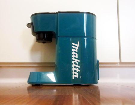 「マキタ 充電式コーヒーメーカー」のカラーは、プロフェッショナル向けのカラーリングとして知られるいわゆる「青マキタ」です