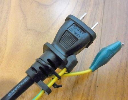 家庭用電源プラグのアース端子もプロっぽくていいですね。ちなみに、電源ケーブルは70cmほどと短めです