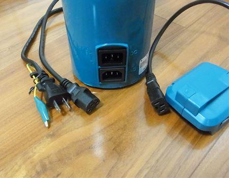 家庭用電源でもバッテリーでも使えるのが「マキタ 充電式コーヒーメーカー」の特長の1つ。上がバッテリー用で下が家庭電源用ソケット。ただしバッテリーは付属していないので別途購入するなどの必要があります