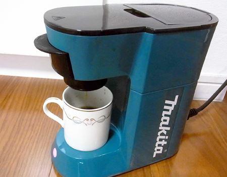 それでは、コーヒーをいれてみましょう。取扱説明書では完成までの時間は、家庭用電源では約3分、バッテリーの場合は約7分必要とあります