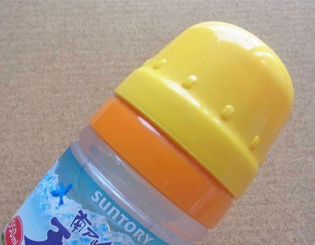 その上に黄色のコップを重ねることができます