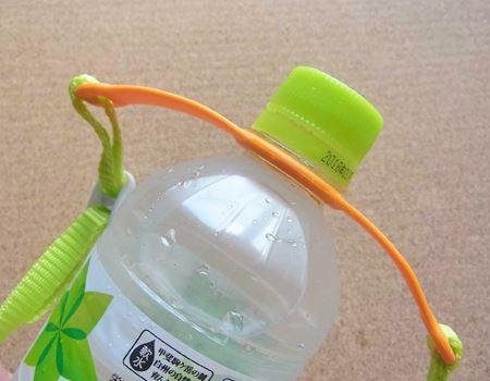 なお、ベルトを取り付けるときは、ペットボトルのネックの下にまでしっかりと押し込みます
