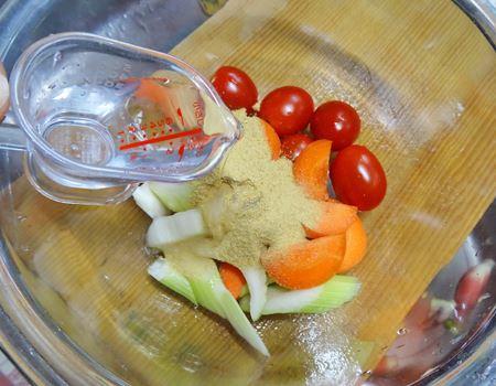 袋でもみこむのが不安なプチトマトはボウルで混ぜて…