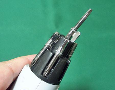 ビットを180度回転させ、ヘッドの中央部に差し込みます