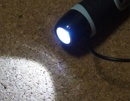 ボタンを押すと、本体下部のLEDライトが光ります。懐中電灯としても活躍します
