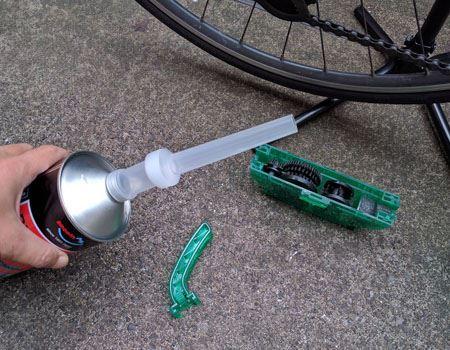 先ほどご紹介した自転車用チェーンクリーナー「クイックゾル」をだいたい8分目くらいまで注ぎます