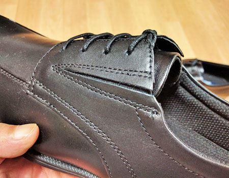 脱ぎ履きスムーズなサイドゴア設計と、立体形状の履き口