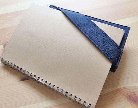 ゴムバンドの部分にはノートや手帳の角を挟んでホールディングでき、まとめて一緒に持ち運ぶのに便利