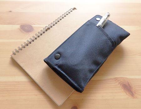 フロントポケットにも約4本分のペンが収納できます。さっと取り出したいものを入れておくのに便利
