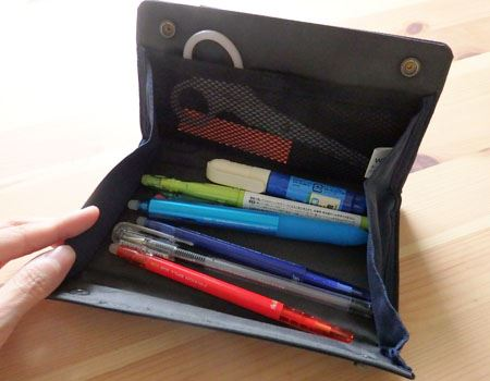 ペンなら約8本入ります。ハサミなどの文具を一緒に入れておくのにも◎。メッシュのポケットもあり、付箋などが入れられます
