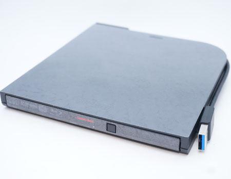 パッケージから取り出した「BRXL-PT6U3」本体です。「ポータブル」の名のとおり、持ち運びが楽な薄型タイプ