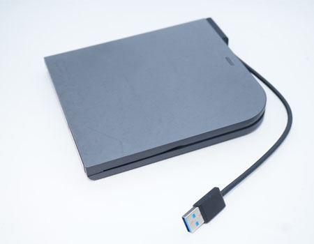パソコンとはUSBで接続します。USBならどんなパソコンでも搭載されていますからね。ケーブルは本体側面の溝に沿って収納することができます