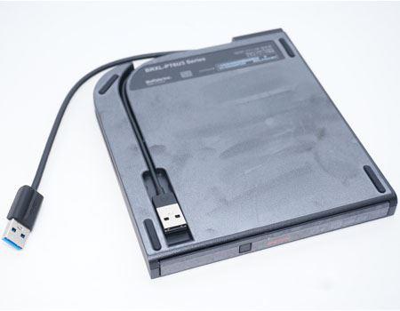 背面にはUSBケーブルがもう1本収納されています。これは、パソコンから給電される電力では足りないときに、ほかのUSBコネクタから電源を確保するためのものです