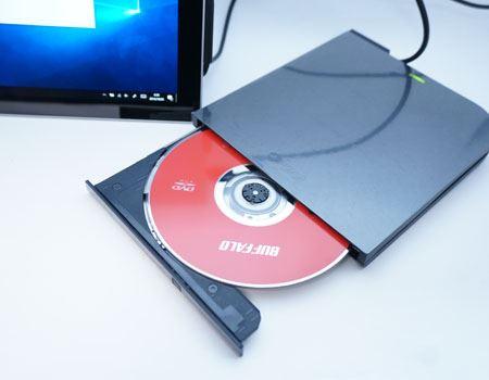 BDドライブ自体は、ケーブルを挿し込んだだけで認識されます。付属のDVD-ROMを挿入し、DVD/ブルーレイ再生ソフトをインストールします