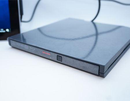 画像では見えづらいですが、アクセスランプが点灯して、DVD-ROMを読み取っていることがわかります