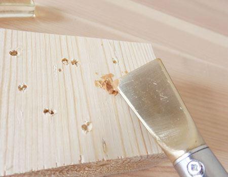 コテの角の部分を使って樹脂で穴を埋めます。凸凹は後で平らにならすのでこの段階では気にしなくても大丈夫