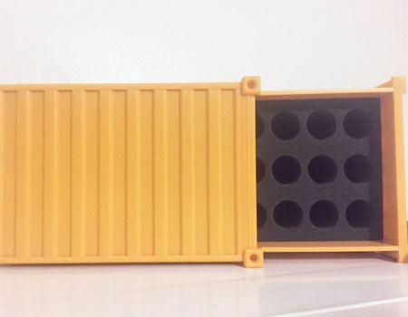 単3形電池は18本、単4形電池は22本収納できます