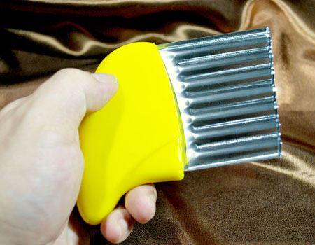 黄色い部分が持ち手。右側の金属部分がナイフです