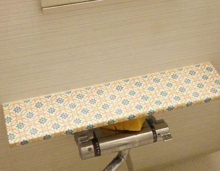 台の幅に合わせて2回テープを貼りました。素材は違いますが、使い勝手はマスキングテープ同様気軽にできます