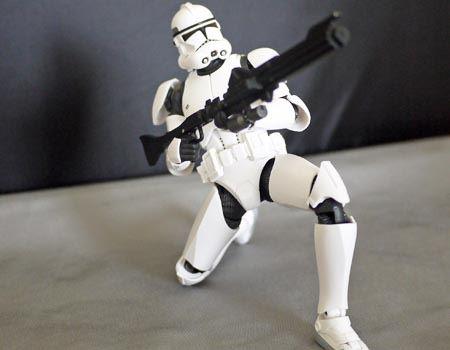 両手で支えて膝立ち射撃状態も再現できます