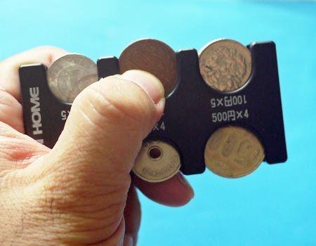 指先で小銭をスライドして取り出せます