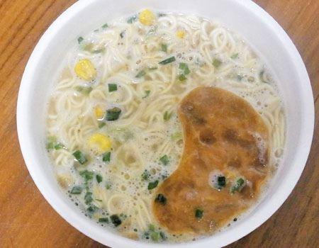 スープの中にはネギとコーンが入っています
