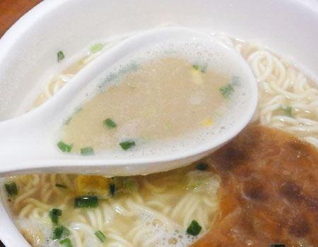 調味油を入れる前のスープはイメージしていたよりもさっぱり