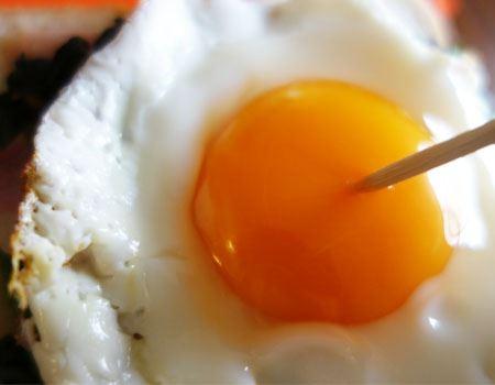 念のため、卵の黄身に小さな穴をあけておきます