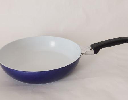 「セラブリッド フライパン IH 白青シリーズ」。写真の26cmフライパンのほかに、28cm、20cm、炒め鍋28cm、ソース&ディープパン(22cm、24cm)がラインアップ