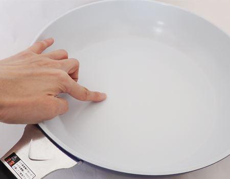 本体はアルミニウム合金。調理面にセラミック塗膜加工が施されており、表面はツルっとしています