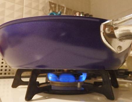 強火は厳禁。これくらいの火の強さでも熱伝導率のよさと遠赤外線効果で食材をしっかり加熱できるとのこと