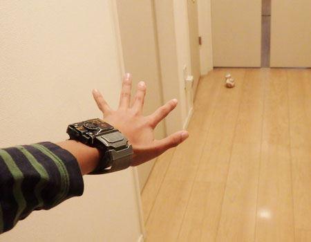 「ドロイド・コントロール」モードでBB-8を操作。BB-8を見ながらコントロールするので、スマートフォンのアプリで操作するよりも直感的。手の動きは、ちょうど自動車のアクセルやブレーキを操作するような感覚に近いです